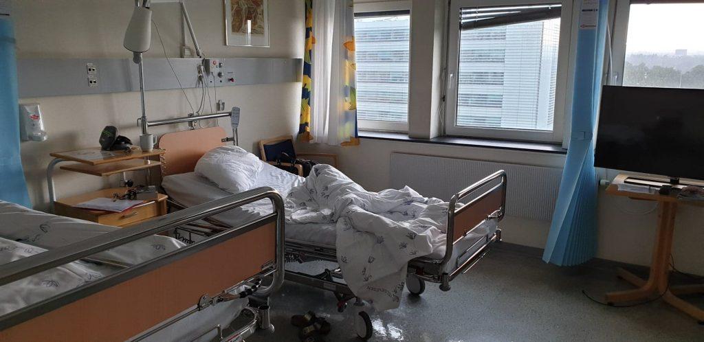 Standard norsk sykehusrom. Det mangler kanskje sjarm, men jeg synes ikke det er så viktig. Kvaliteten finnes ikke i gardinoppheng eller friske farger- i alle fall ikke for oss som bare er innom en kort stund!